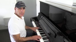 Spiro_Liacos_playing_piano
