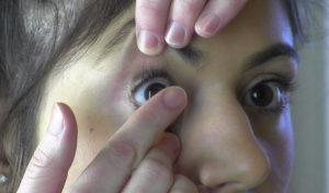 putting_contact_lens_in_eye