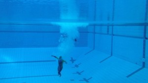 Spiro_jumping_off_10_metre_diving_platform_and_slowing_down_under_water